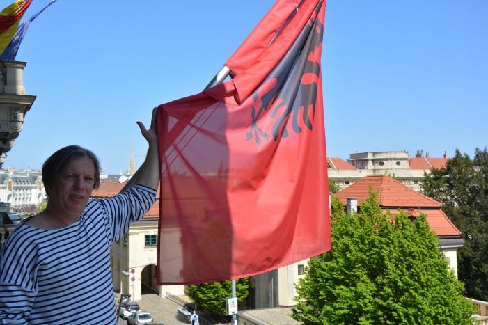 Gazmend Freitag auf dem Balkon der Albanische Botschaft in Wien