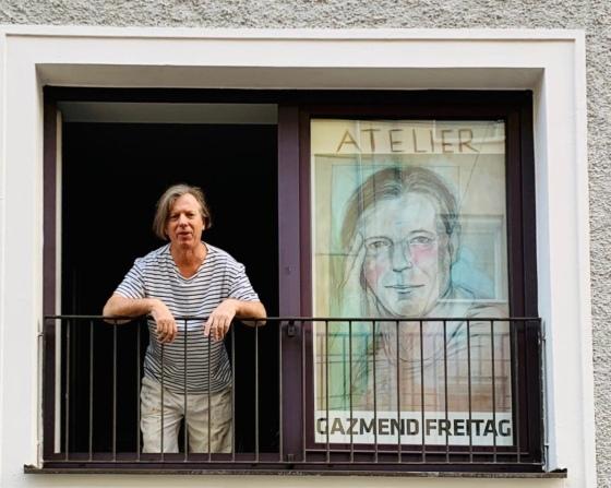 Gazmend Freitag am Fenster seines Ateliers in Linz, Österreich, 2020. © LINZA Magazin